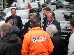 Ministerpräsident Weil im Gespräch mit Demonstranten LVDemo-2015-06-23