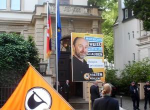 Piratenplakate und Fahne vor dem Gästehaus der Landesregierung NDS LVDemo-2015-06-23